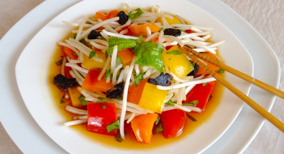 81 Bean Sprouts and Bell Peppers * * *